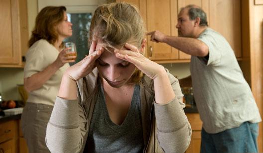 Pais brigando e filha adolescente ouvindo