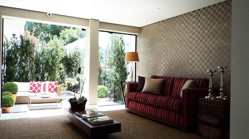 Sala decorada com tecido na parede