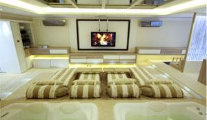 Sala de TV com decoração inovadora