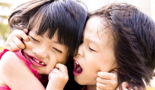 Criança brigando