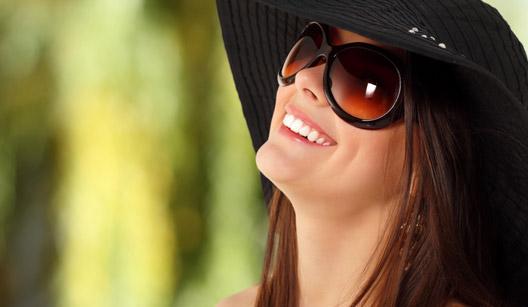 Mulher de chapéu e óculos escuros