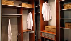 Como organizar seus armários de roupas