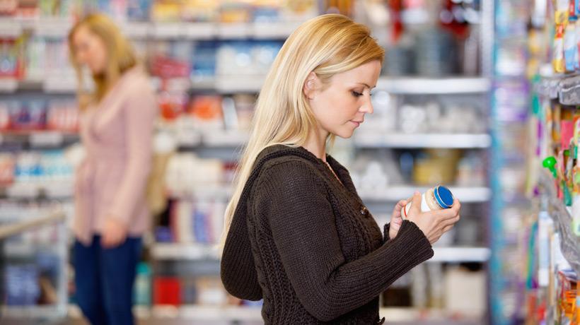 Mulher escolhendo produto