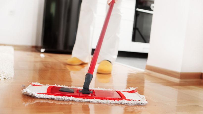piso de madeira sendo limpo