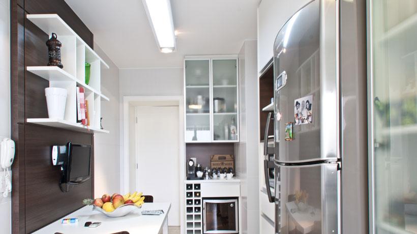 cozinha com pequena bancada e televisão