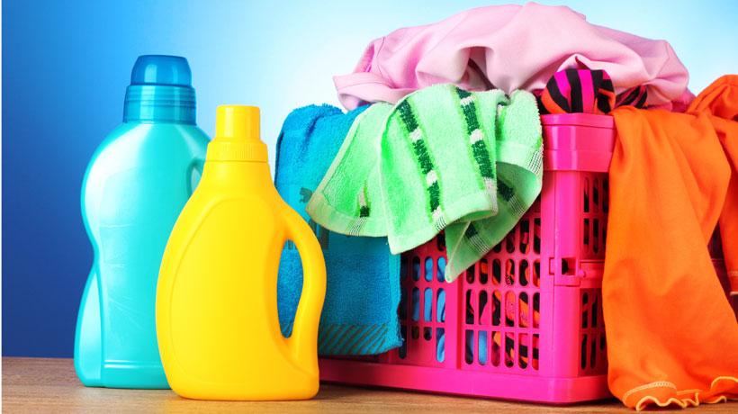 cesto de roupas e produtos de limpeza