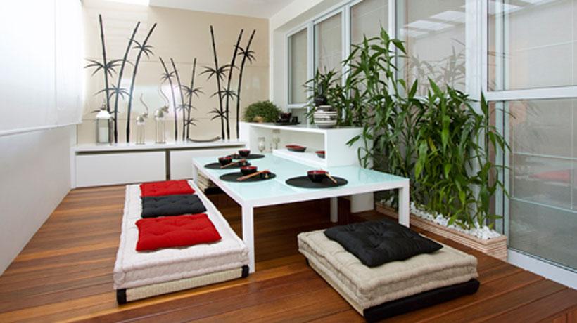 Varanda com mesa, futons e plantas