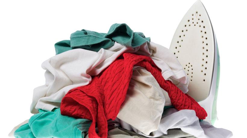 Monte de roupas para passar