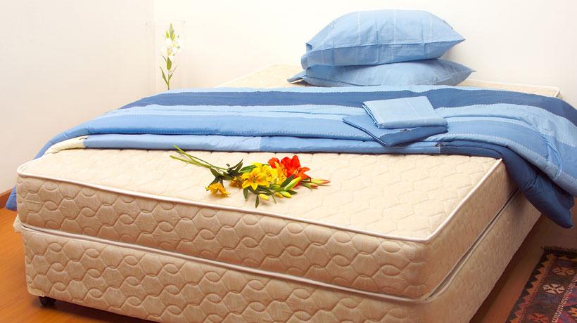 colchão com jogo de cama azul