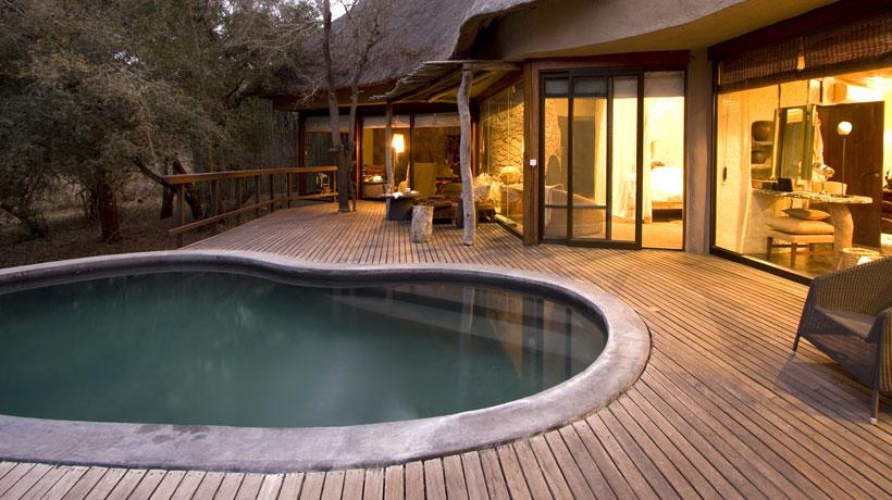 deck com piscina e poltrona de fibra