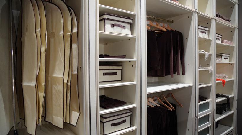 Guarda-roupa branco aberto