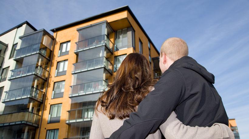 casal olhando prédios