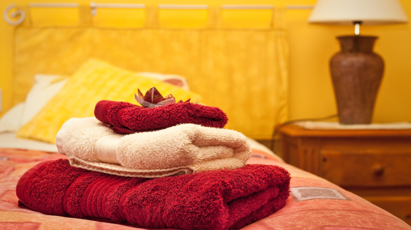 cama com toalha de banho e rosto