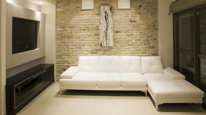 Sala revestida com tijolos na parede