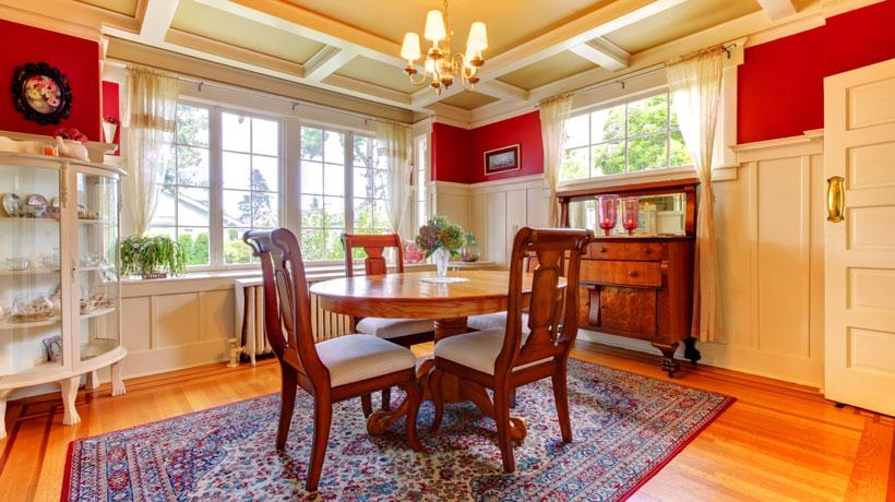 Copa com mesa, tapete oriental e cristaleira