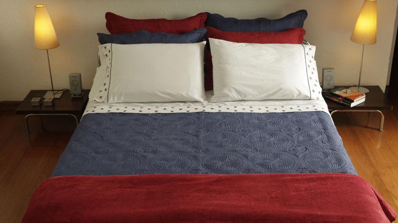Almofadas vermelhas, azuis e brancas