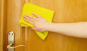 Como limpar cada tipo de porta