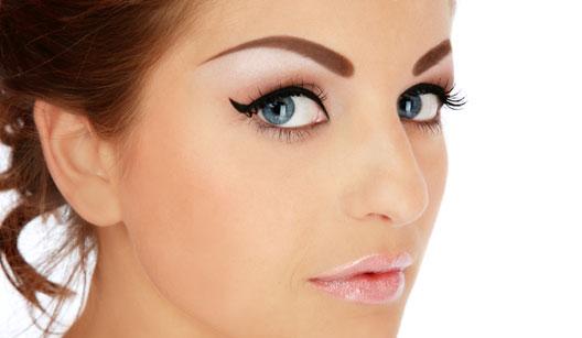 Mulher com sobrancelha pigmentada
