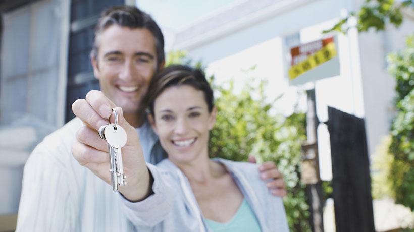 casal com as chaves do imóvel novo