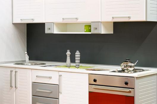 Cozinha pequena com cooktop e formo embutido