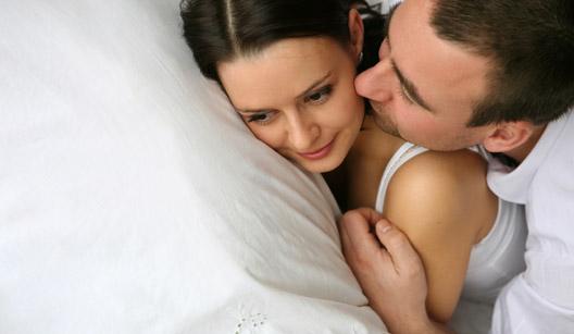 homem beijando mulher na cama