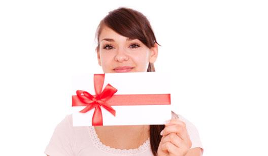 Mulher segurando cartão presente
