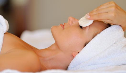 Mulher fazendo tratamento de pele