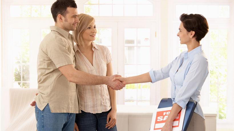Casal fechando compra com corretor