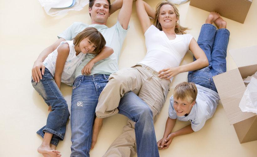 Adultos e crianças deitados no chão