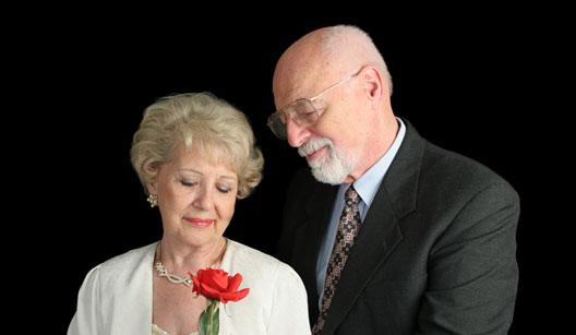 Casal mais velho bem vestido