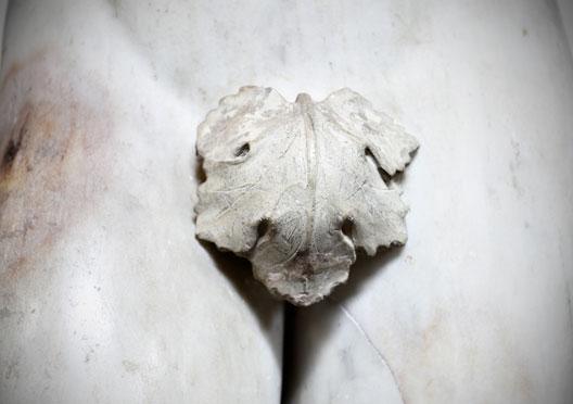 escultura de mulher com folha na genitália
