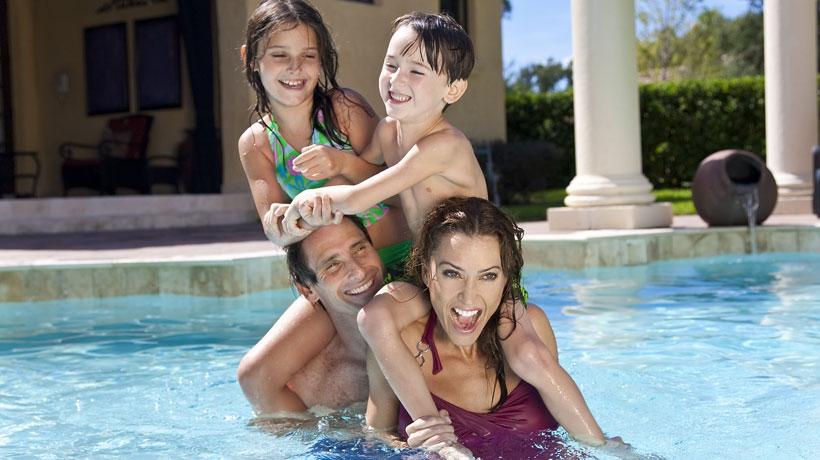 família na piscina de casa