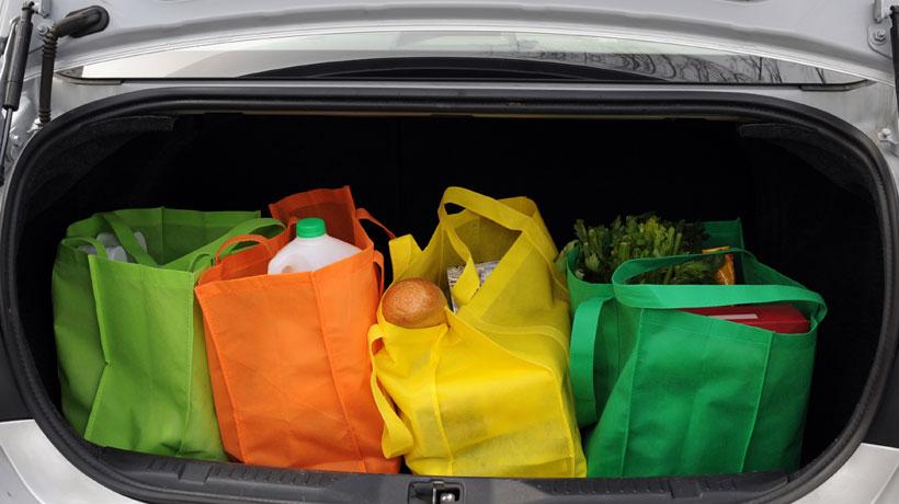 compras de supermercado no porta-malas do carro