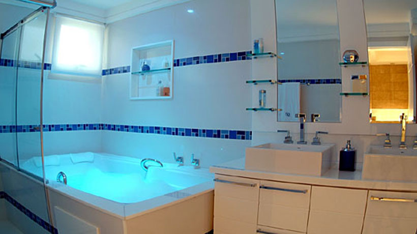 Escolha cores claras para o banheiro