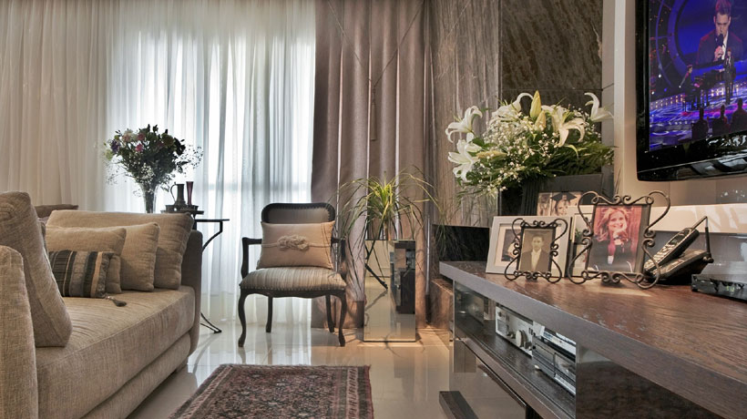 Sala decorada com tons neutros,
