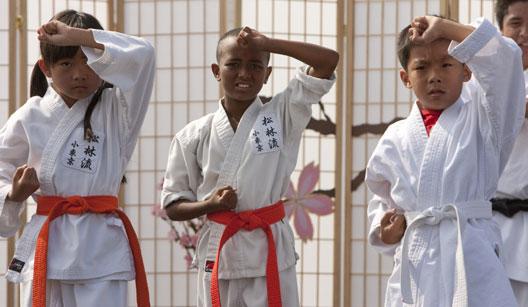 Crianças de quimono em aula