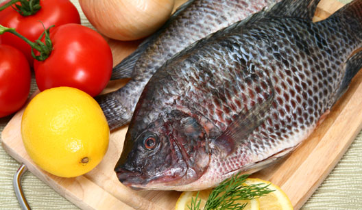 peixe na tábua com limão, tomate e cebola