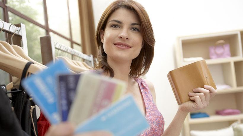 Mulher com carteira e vários cartões de crédito