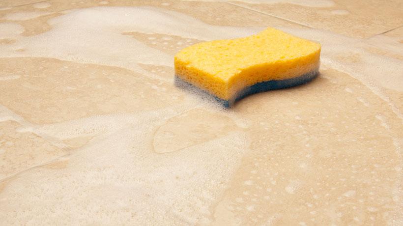 Piso sendo lavado com sabão