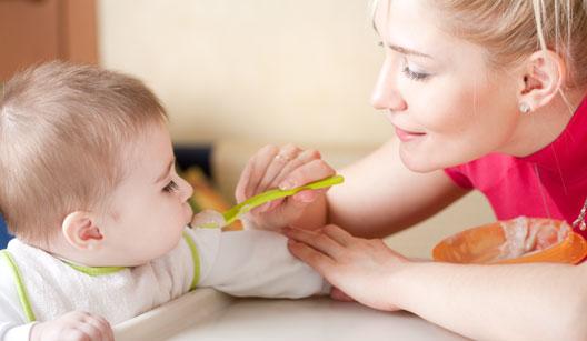 Mãe alimentando o filho