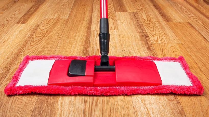 limpando piso laminado