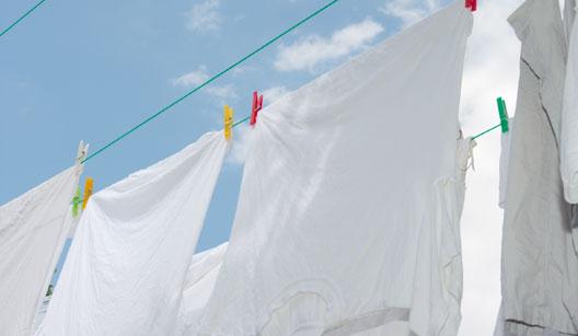 Roupas brancas penduradas em varal