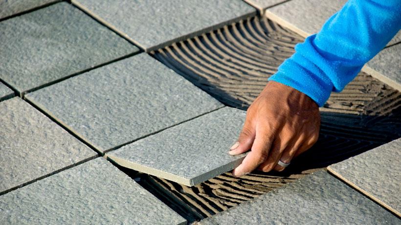 homem assentando piso antiderrapante