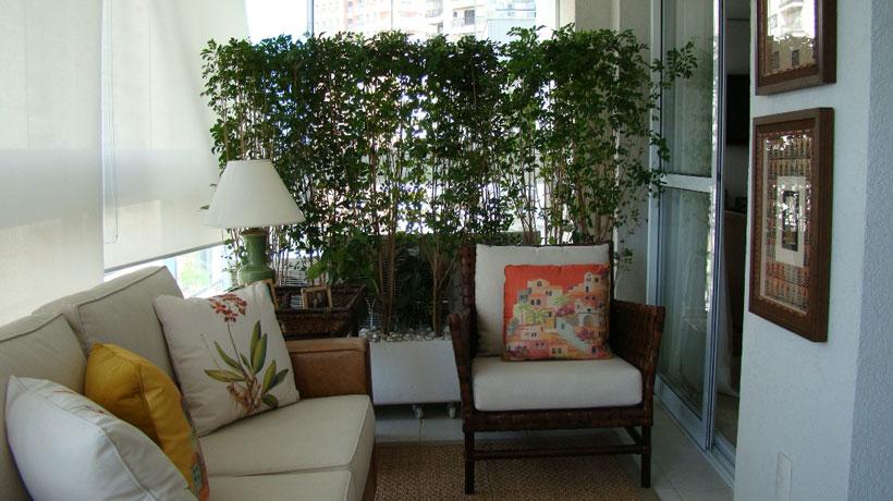 decorado com plantas naturais e estampas florais