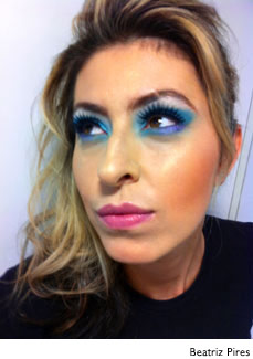 mulher maquiada com batom rosa e sombra azul