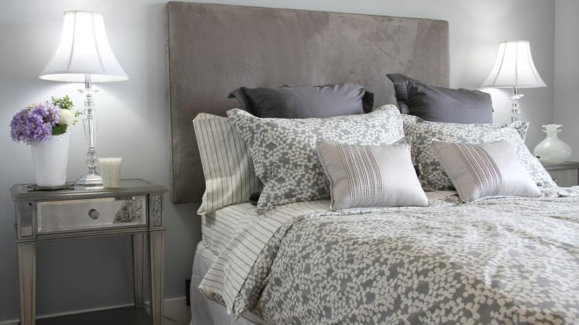 Cama com roupa de cama e travesseiros