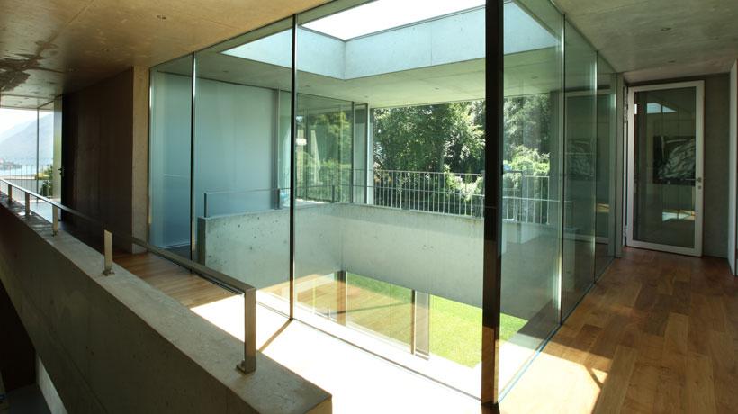 casa com vidro em ambiente interno