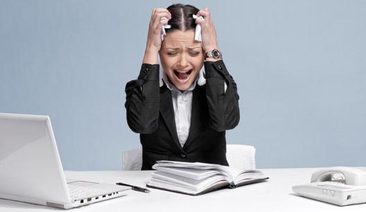 mulher gritando no trabalho