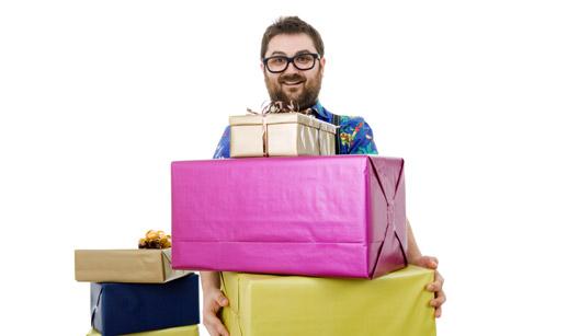 Homem segura alguns presentes