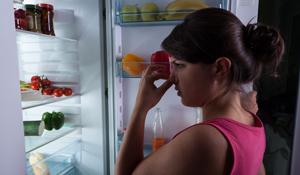 Como acabar com o mau cheiro na geladeira